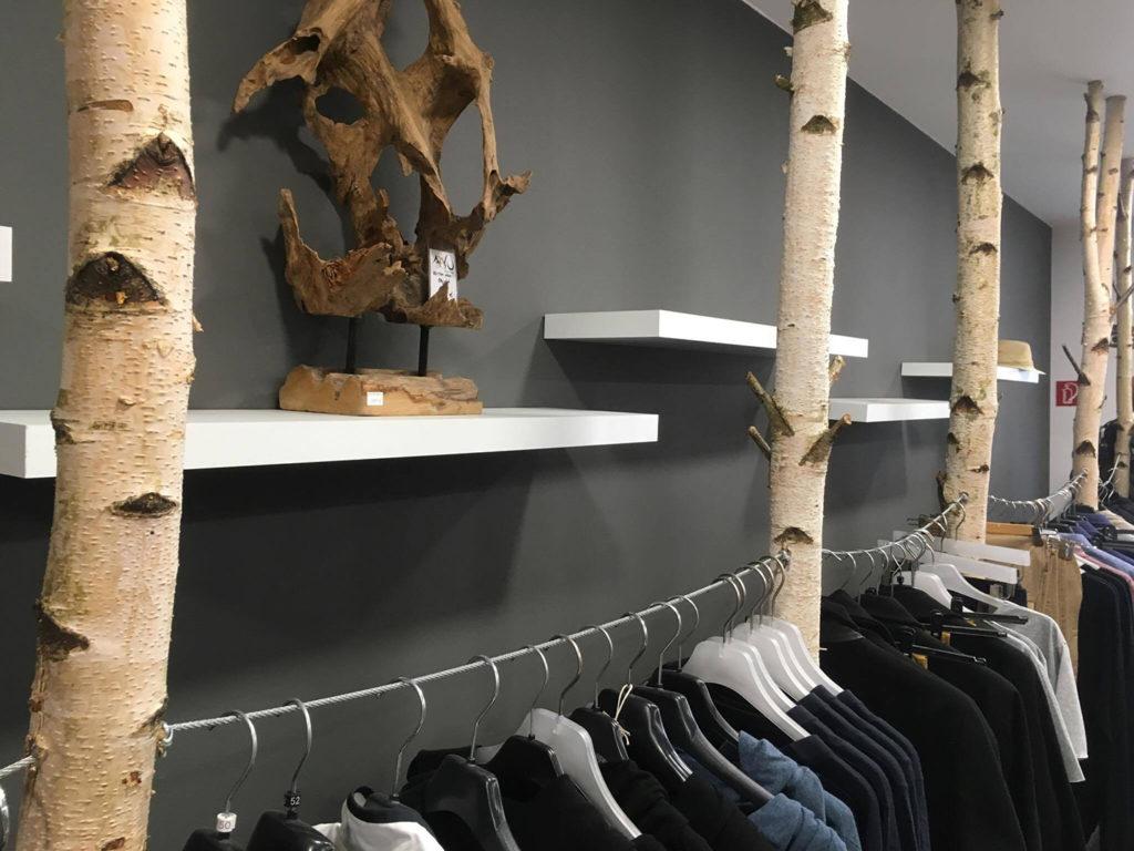 Birken als Kleiderständer