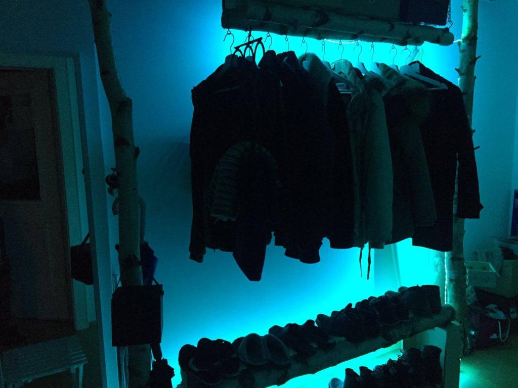 Birkenstämme als beleuchtete Garderobe