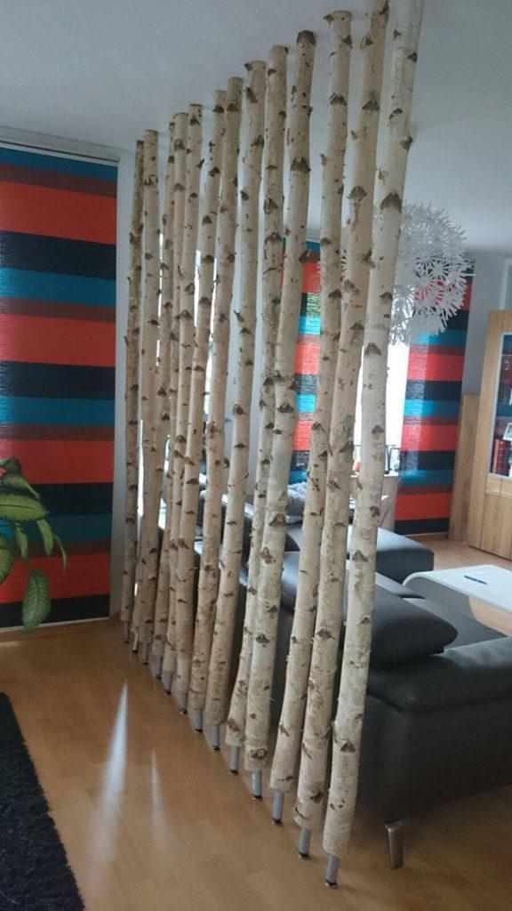 Birkenstämme als Raumtrenner in der Wohnung