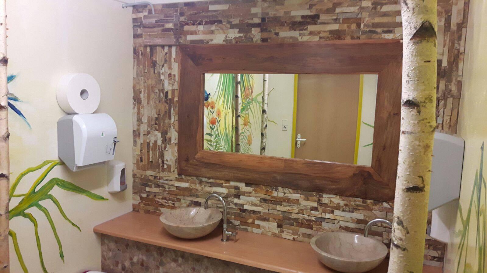 Birkenstamm im Badezimmer